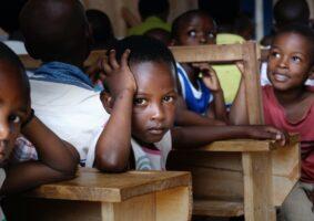 Criança preta na escola ilustra o texto O autismo e a situação dos autistas negros no Brasil