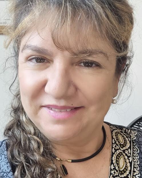 Selma Sueli Silva olha para a câmera e sorri