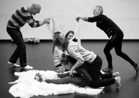 A arte e a diferença nada sobre nós, sem nós. Foto da dança dos alunos da UFMG, no Projeto Arte e Diferença.