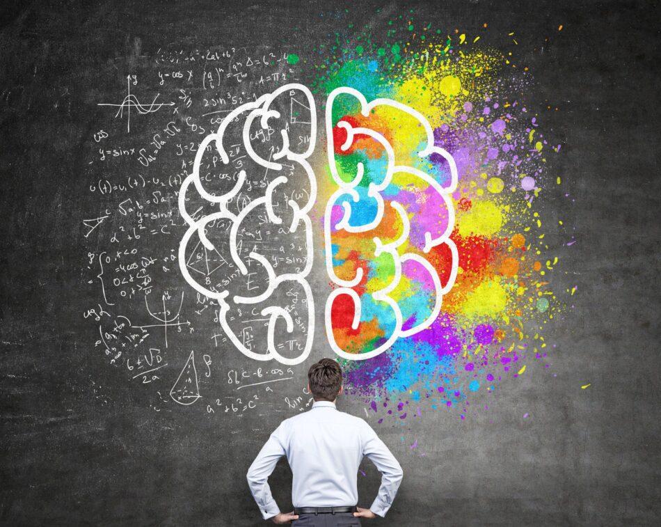 Um homem em segundo plano, olhando o desenho do cérebro. O lado esquerdo cheio de representações de contas matemáticas e o direito todo colorido. Ilustração do texto: A deficiência intelectual e as altas habilidades no TEA