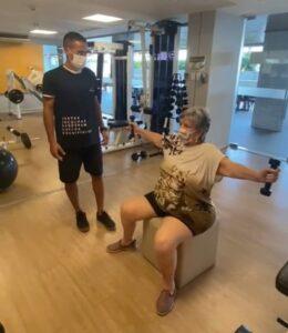 Mesmo de férias, Irene não descuida da saúde, aos 80 anos. Ela tem Parkinson e é FAA.