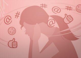 Desenho de mulher tampando os ouvidos e com muitos sinais ao redor de sua cabeça: arroba, carinha feliz, hashtag. Ela está de perfil. Ilustra o texto, Perigo: autista sendo autista. (Compartilhado do Blog Superletrados)