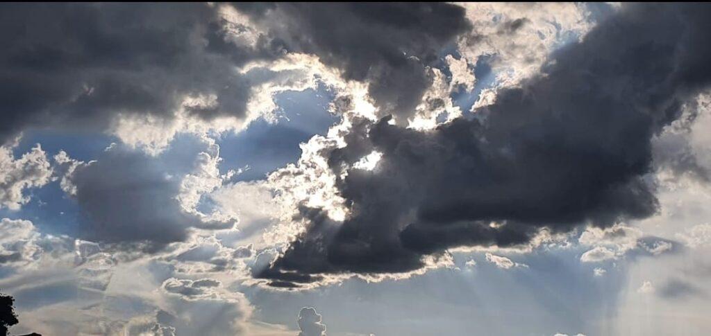Foto em close do céu com nuvens carregadas e cinzas. Arquivo pessoal.