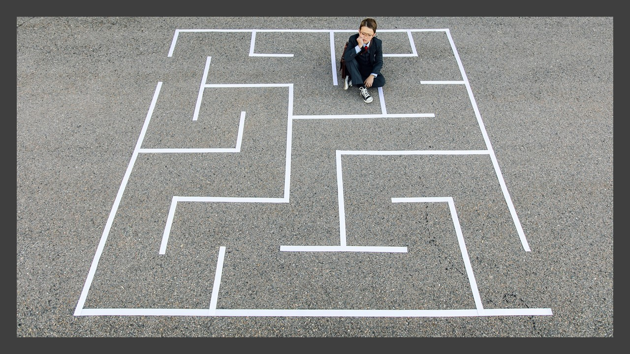 Para ilustrar o texto, O desabafo de uma mãe autista, a foto de uma mulher sentada dentro de um labirinto desenhado no chão. Foto: power point