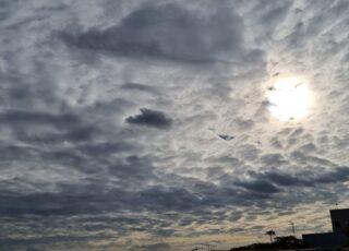 Foto do arquivo pessoal mostrando o sol encoberto por nuvens carregadas e cinzentas., para ilustrar o texto: Por que os dias cinzentos me deixam triste?